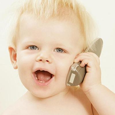 дитина розмовляє по телефону