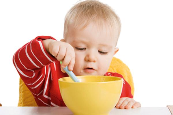 Як навчити дитину самостійно їсти-1