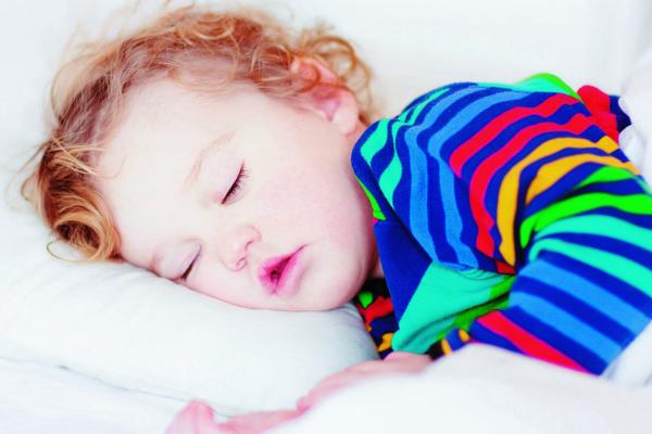 Чому дитина скрегоче зубами коли спить