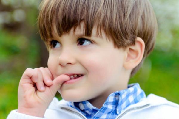 чому дитина гризе нігті