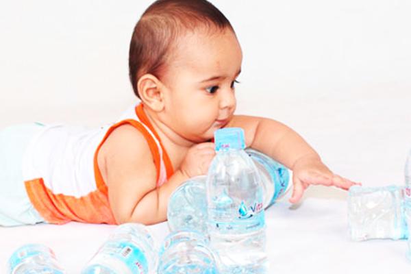 коли давати дитині воду