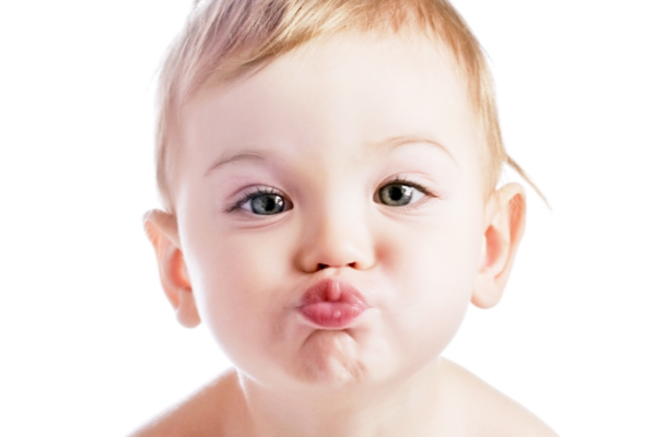 чому дитина облизує губи