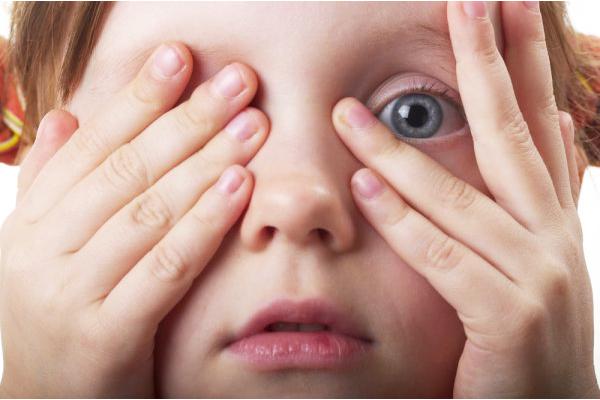 чому дитина тре очі-1