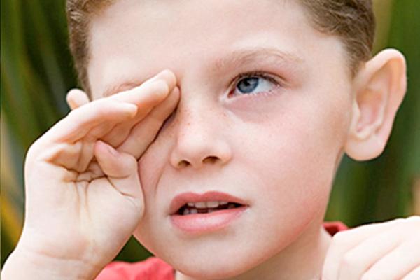 чому дитина тре очі