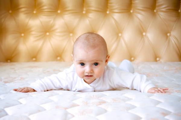 дитина на матраці