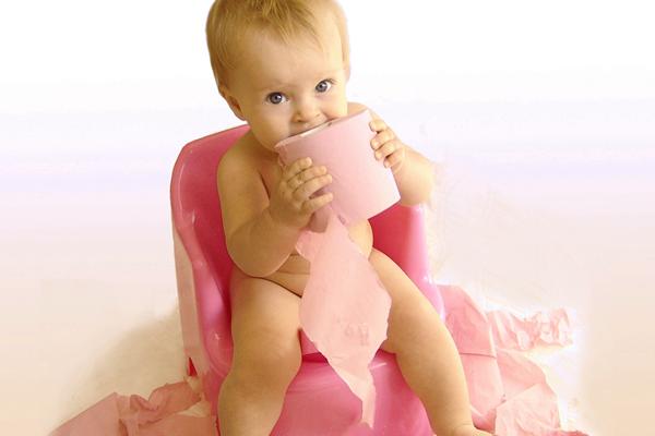 дитина їсть папір