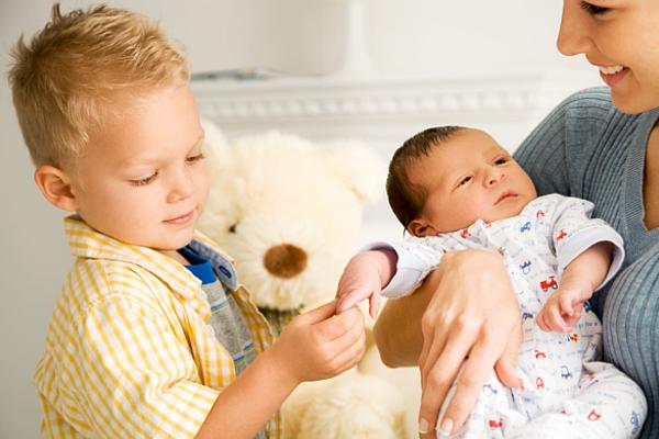 старший ревнує до новонародженого-1