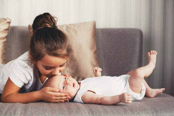 старший ревнує до новонародженого-2