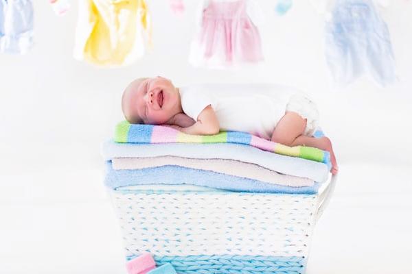 як прати одяг новонародженого