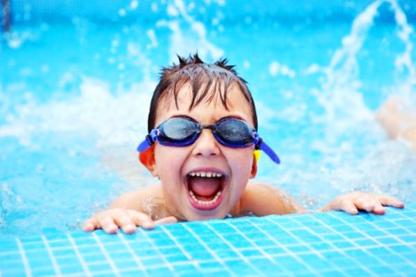 дитина в басейні-1