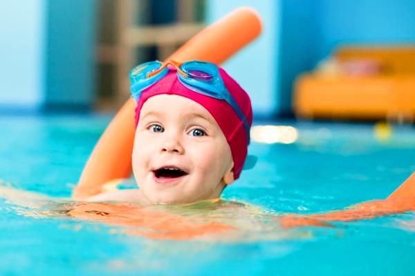 дитина в басейні-2