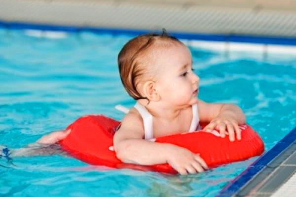 дитина в басейні