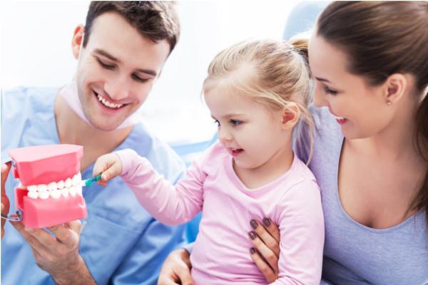 стоматолог та дитина