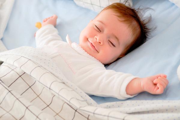 Дитина спить сама в кімнаті